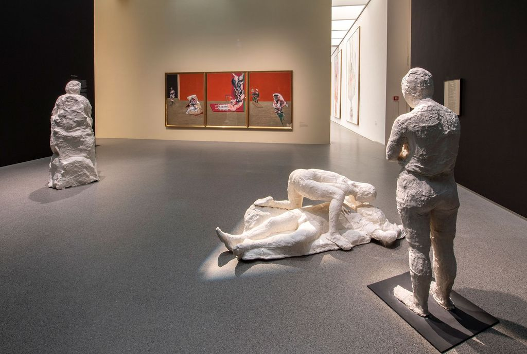 Exhibition space of the Pinakothek der Moderne Munich with three-part sculpture group by George Segal and tryptichon by Francis Bacon, Sammlung Goetz Munich