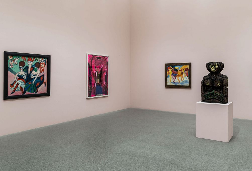 Exhibition space of the Pinakothek der Moderne Munich with paintings by Ernst Ludwig Kirchner and Emil Nolde and a sculpture by Huma Bhabha